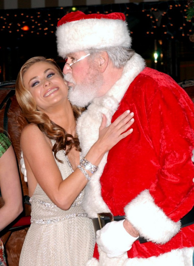 La sexy Carmen Electra accepte un bisou du père Noël en décembre 2005