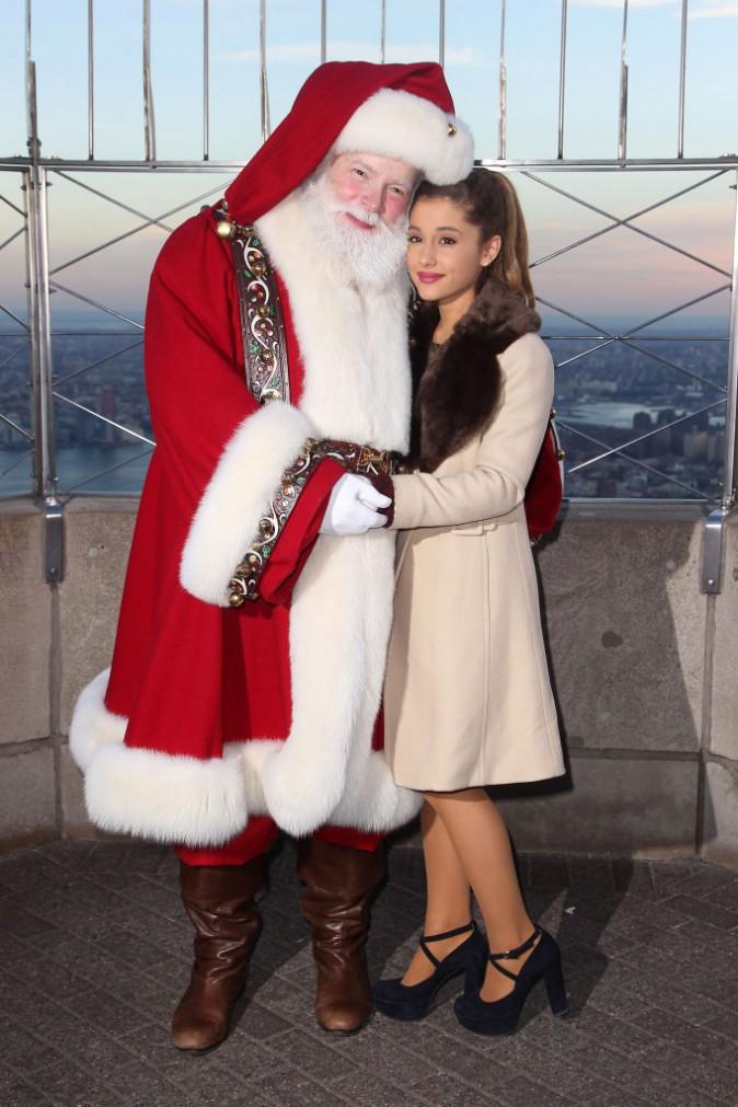 La talentueuse chanteuse Ariana Grande et le père Noël visitent l'Empire State Building fin novembre 2013