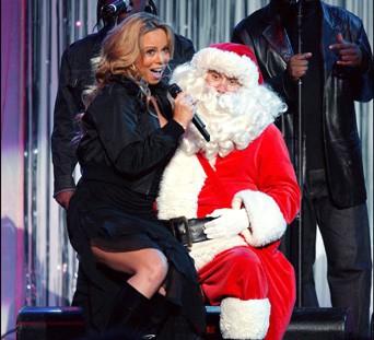 Mariah Carey chante pour le père Noël lors d'un de ses shows en décembre 2002