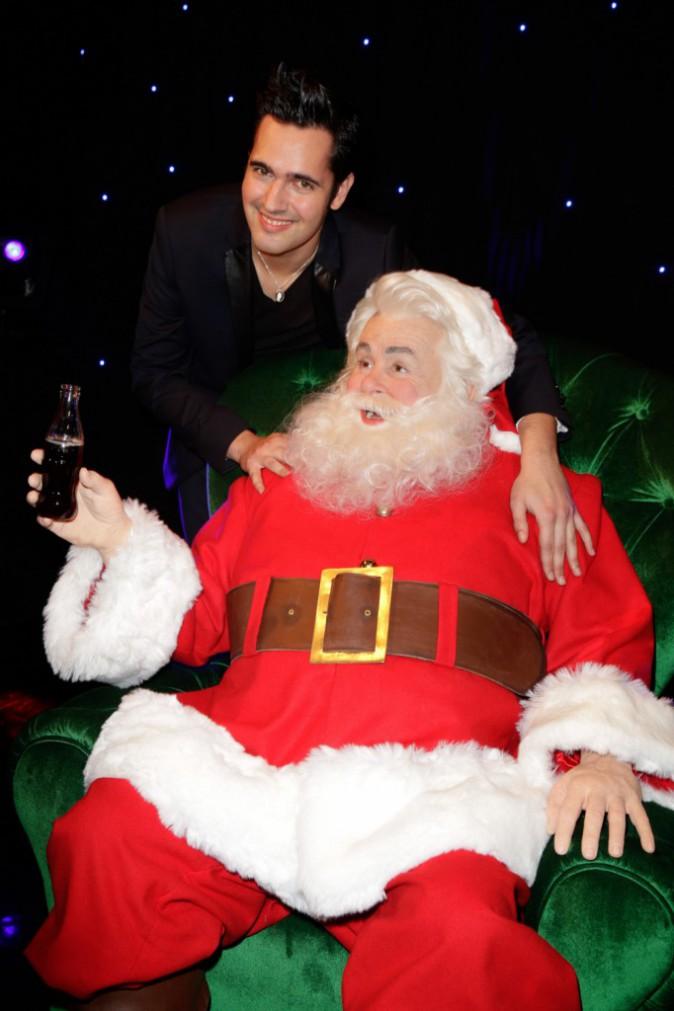 Yoann Fréget, le gagnant de The Voice 2 et le père Noël tapent la pose au musée Grévin !