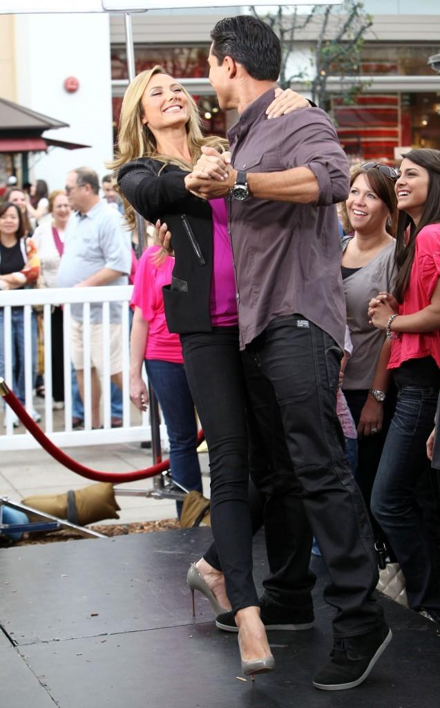 Stacy Keibler et Mario Lopez sur le plateau de l'émission The Extra Show à Los Angeles, le 29 novembre 2011.