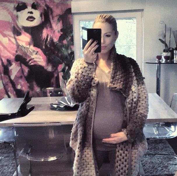 Photos : Stéphanie Clerbois : un mois avant l'accouchement de Lyam, la belle affiche son énorme baby bump !