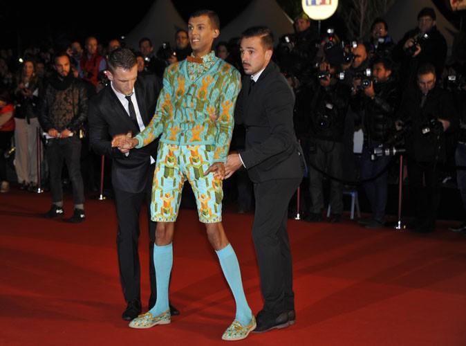 Stromae-se-prete-au-jeu-des-photographes-pour-les-Nrj-Music-Awards-2013_portrait_w674