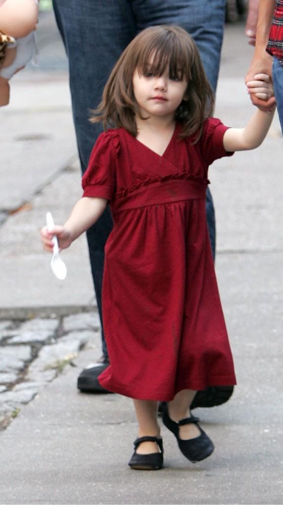 Suri Cruise en 2008 : il faudrait signaler à Katie Holmes que sa fille n'y voit rien du tout avec cette frange trop longue !