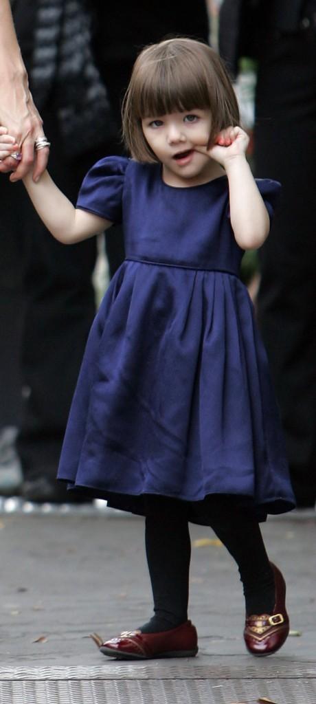 Suri Cruise en 2008 : une jolie robe bleue qui s'accorde avec ses yeux