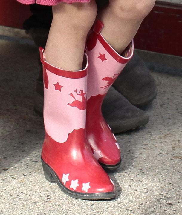 Ses bottes qu'elle ne quitte plus... roses comme la garde-robe de Miss Hilton !