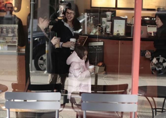 Toute mimi, elle joue déjà les accros au chocolat chaud !