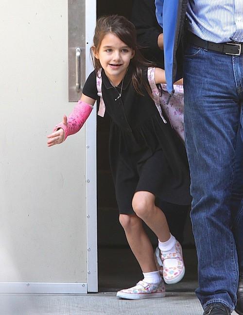 Photos : Suri Cruise : heureuse à la sortie de l'école, elle sourit enfin !