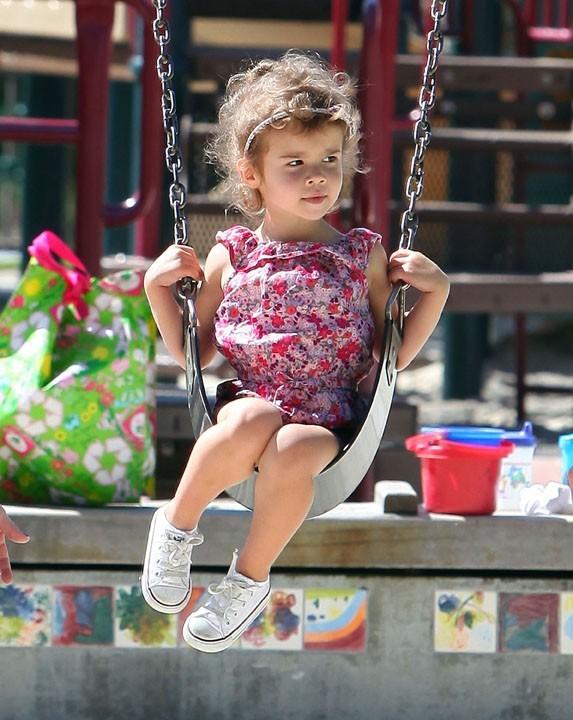 Bucolique et fraîche, sur sa balançoire, la fille de Jessica Alba !