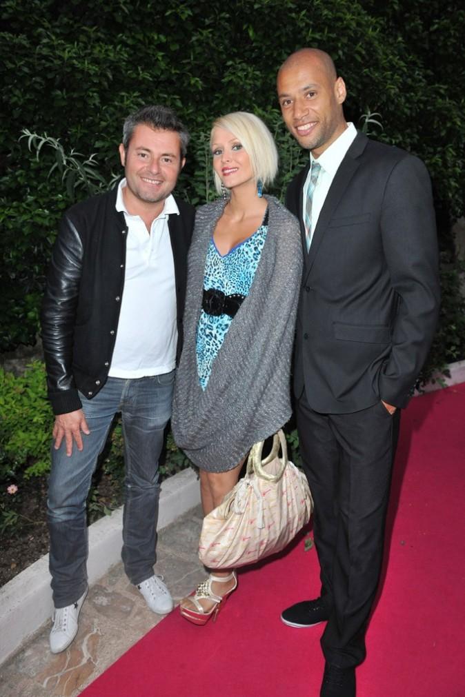 Tatiana et Xavier posent avec Jérôme Anthony