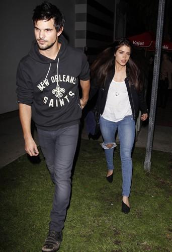 Taylor Lautner et Marie Avgeropoulos à Los Angeles le 12 décembre 2013