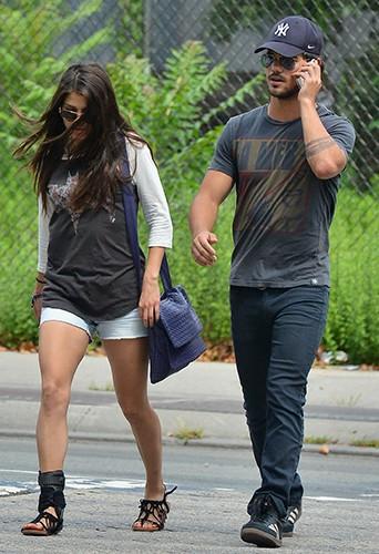 Taylor Lautner et Marie Avgeropoulos à New-York le 29 juillet 2013