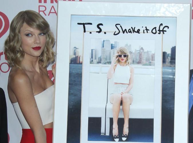 Taylor Swift : sexy en diable pour recevoir un nouveau disque de platine !