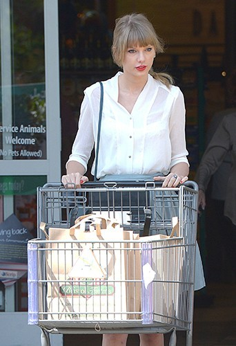 Photos : Taylor Swift : une fille simple qui aime mettre la main au panier !