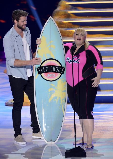 Liam Hemsworth et Rebel Wilson lors des Teen Choice Awards à Los Angeles, le 11 août 2013.