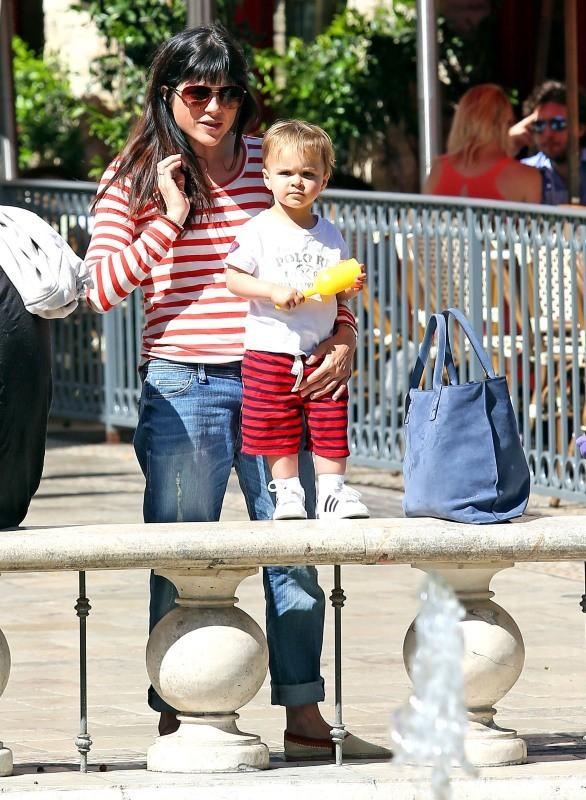 Selma Blair et Arthur, Hollywood, le 9 avril 2013