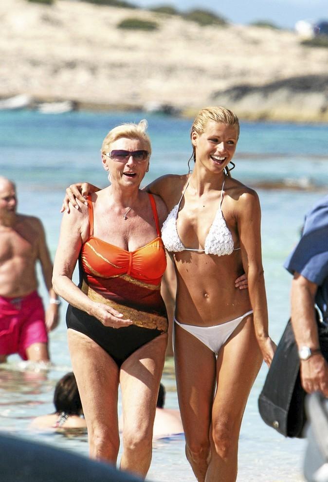 Michelle Hunziker et sa mère à la plage : Jamaissansmaman !