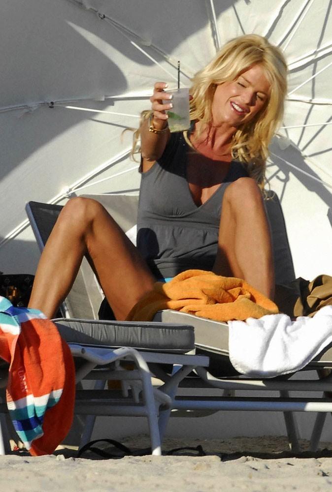 Photos : leçon n°5 pour se faire mousser à la plage : montrer que l'on est une fille ouverte
