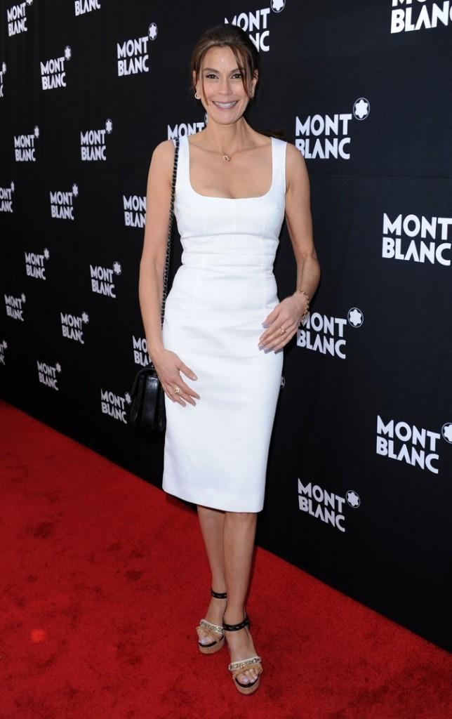 Teri Hatcher est éblouissante en robe blanche !