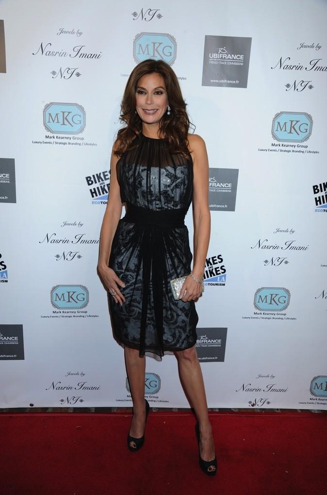 Teri Hatcher est radieuse dans sa robe cocktail noire !