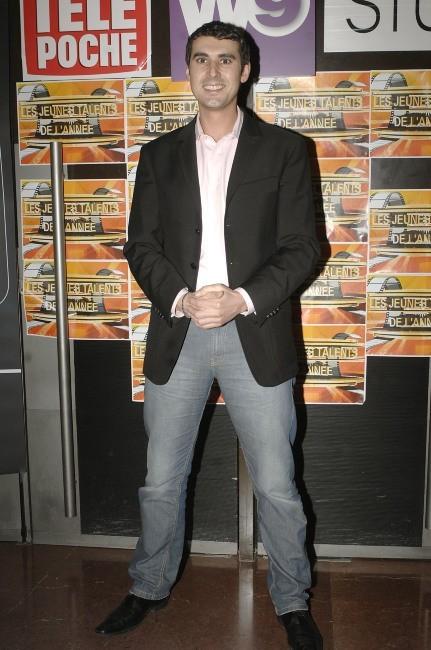 Thomas Joubert, sexy en blazer et jean ?