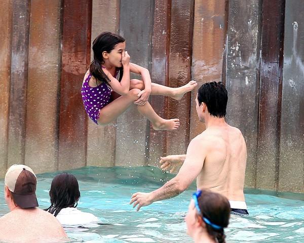 Tom Cruise et sa fille Suri dans un parc aquatique à Disney World à Orlando, le 1er août 2012.