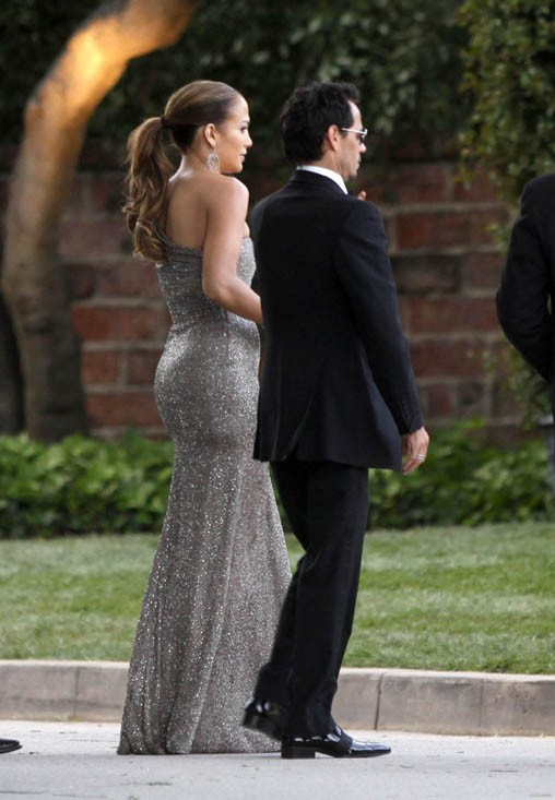 Dans sa robe de diva, JLo est au bras de Marc Anthony, son mari