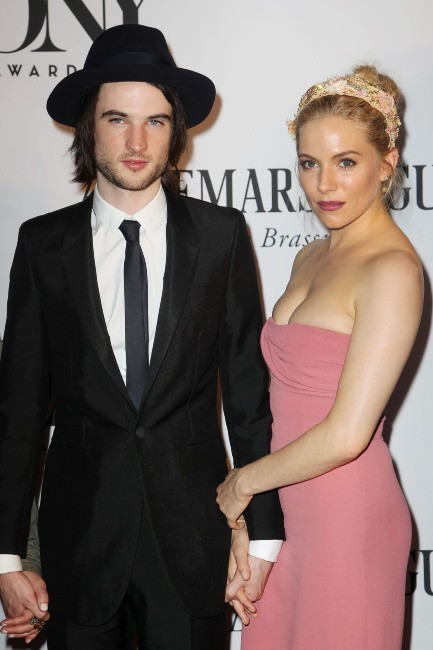 Sienna Miller et Tom Sturridge lors des Tony Awards 2013 à New York, le 9 juin 2013.