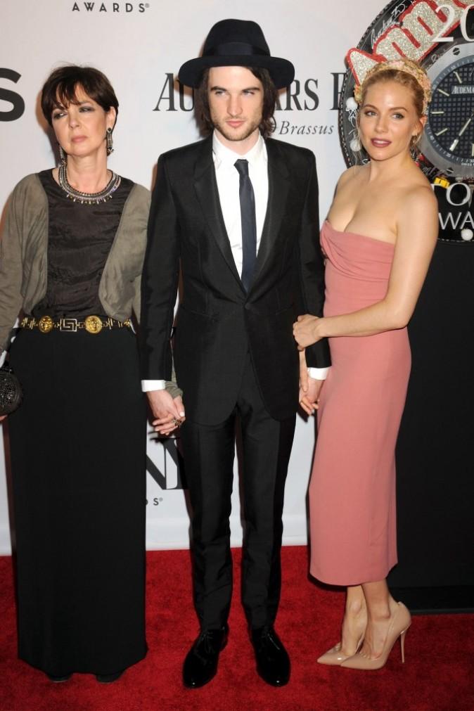 Sienna Miller, Tom Sturridge et Phoebe Nicholls lors des Tony Awards 2013 à New York, le 9 juin 2013.