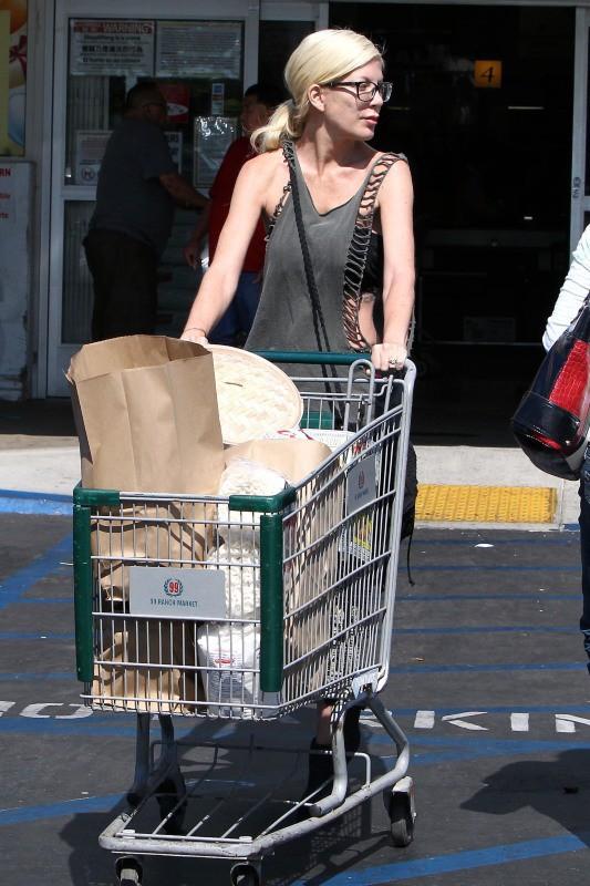 Tori Spelling et son mari en ballade au supermarché , le 20 juillet 2014
