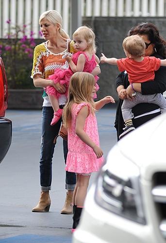 Tori Spelling et ses enfants à Los Angeles le 22 mars 2014