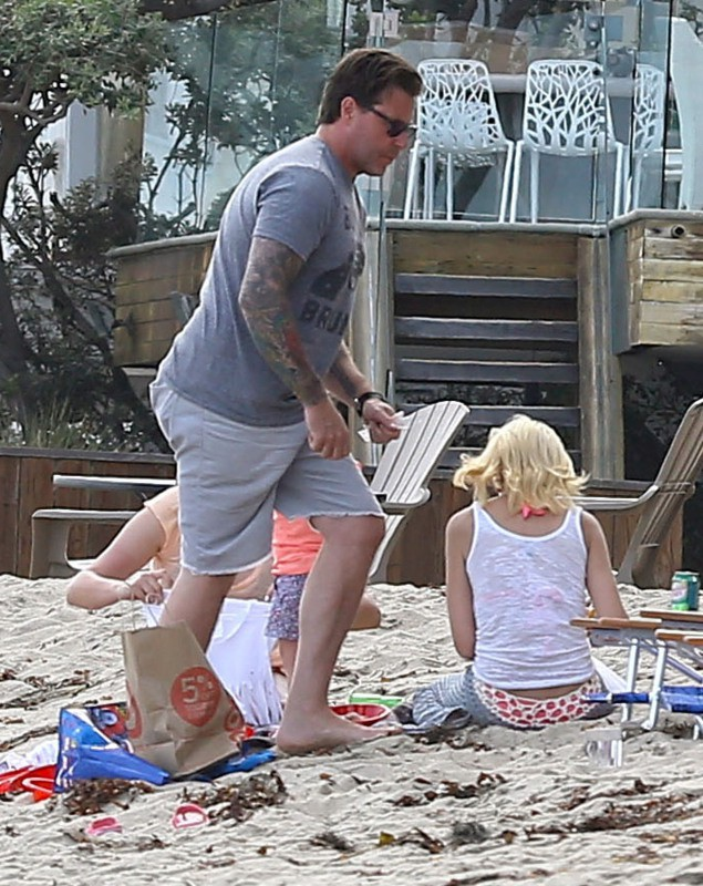 Dean McDermott et ses enfants sur la plage à Malibu, le 30 juillet 2014.