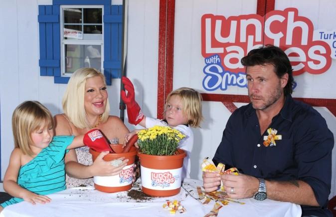 Tori Spelling, Dean McDermott et leurs petits Liam et Stella le 28 août 2012 à Los Angeles