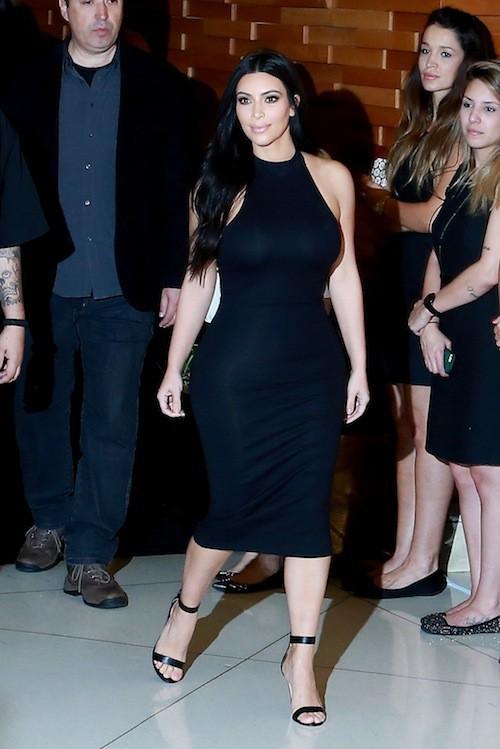 "Photos : toujours plus moulée, Kim Kardashian félicite son ""Dr Kanye West"" !"