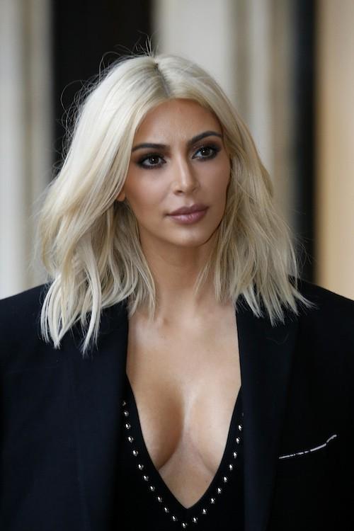 Kim Kardashian blonde et décolletée...