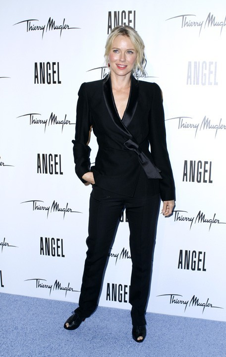 Naomi Watts, en mode masculin-féminin...