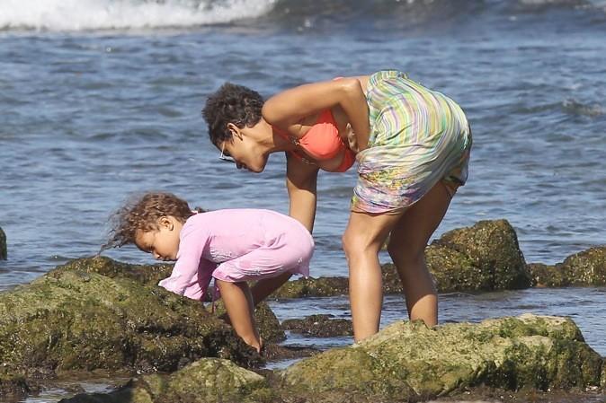 Halle Berry cherche des coquillages avec sa fille !