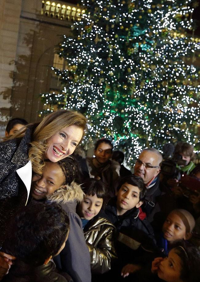 Valérie Trierweiler entourée d'enfants pour fêter Noël à l'Elysée le 17 décembre 2013