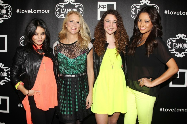 "Vanessa Hudgens, Nanette Lapore, Violet Lapore et Shay Mitchell lors du lancement de la collection ""L'Amour by Nanette Lepore"" à New York, le 24 ja..."