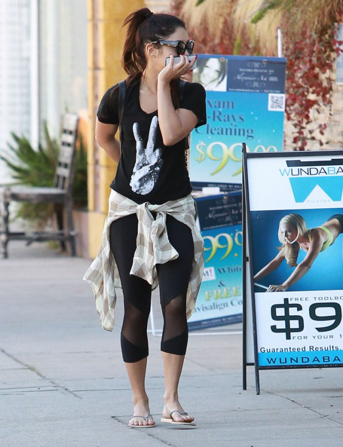 Photos : Vanessa Hudgens : cachée derrière son smartphone ou sous une casquette, elle tente de passer incognito !