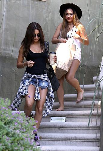 Vanessa Hudgens et sa soeur Stella à Los Angeles le 24 juillet 2013