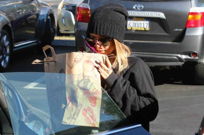 Vanessa Hudgens : elle dégaine le bonnet et les lunettes noires pour faire ses courses !