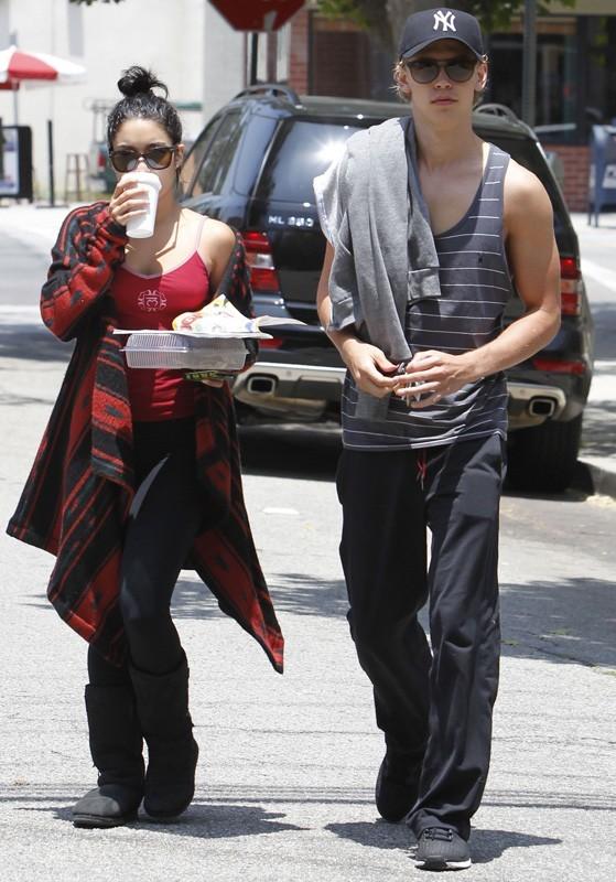Vanessa Hudgens et Austin Butler dans les rues de Studio City