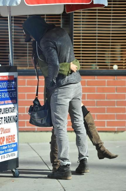 Vanessa Hudgens et son boyfriend Austin Butler à Los Angeles, le 24 décembre 2011.