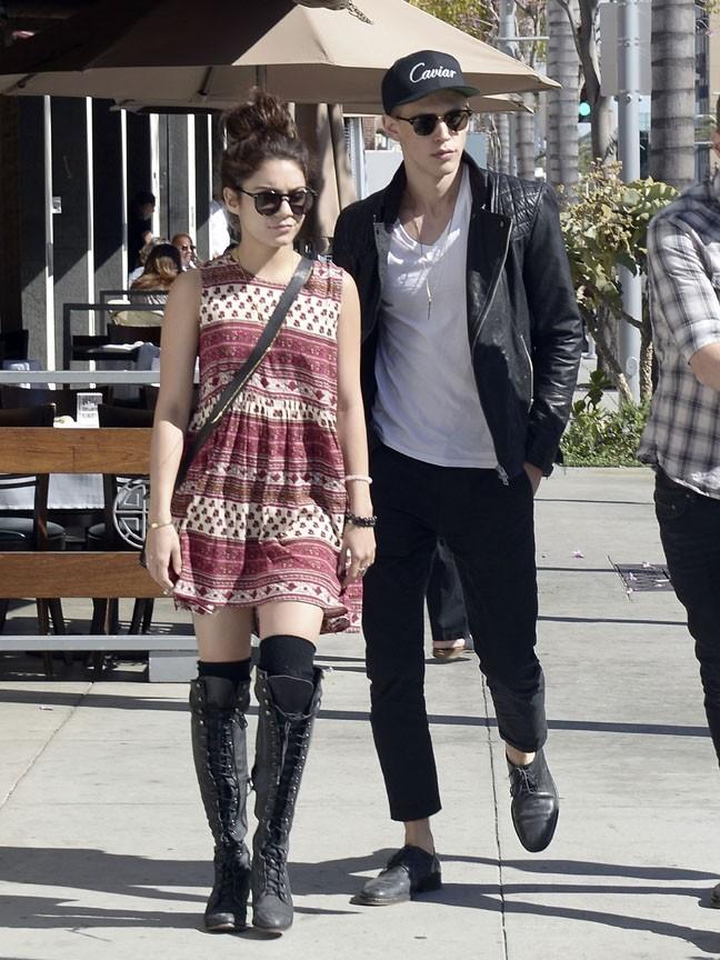 Vanessa Hudgens à la sortie d'un restaurant de Beverly Hills avec Austin Butler le 18 avril 2013