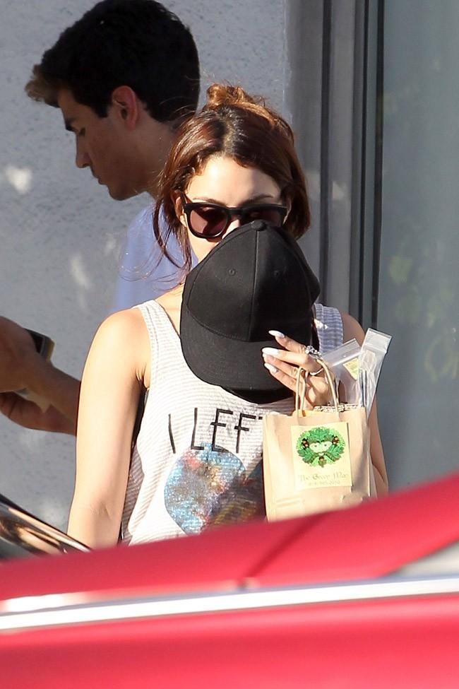 Vanessa Hudgens joue à cache à cahe avec les photographes à Los Angeles le 2 mai 2013