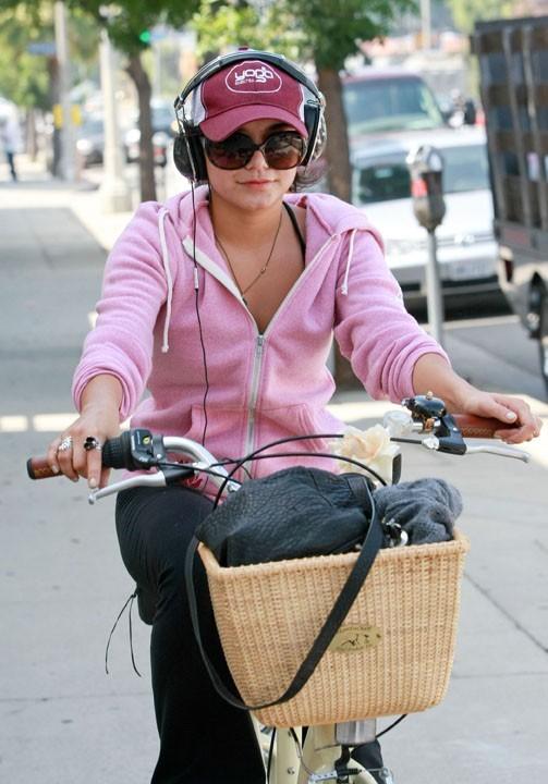 Toute mignonne sur son vélo !