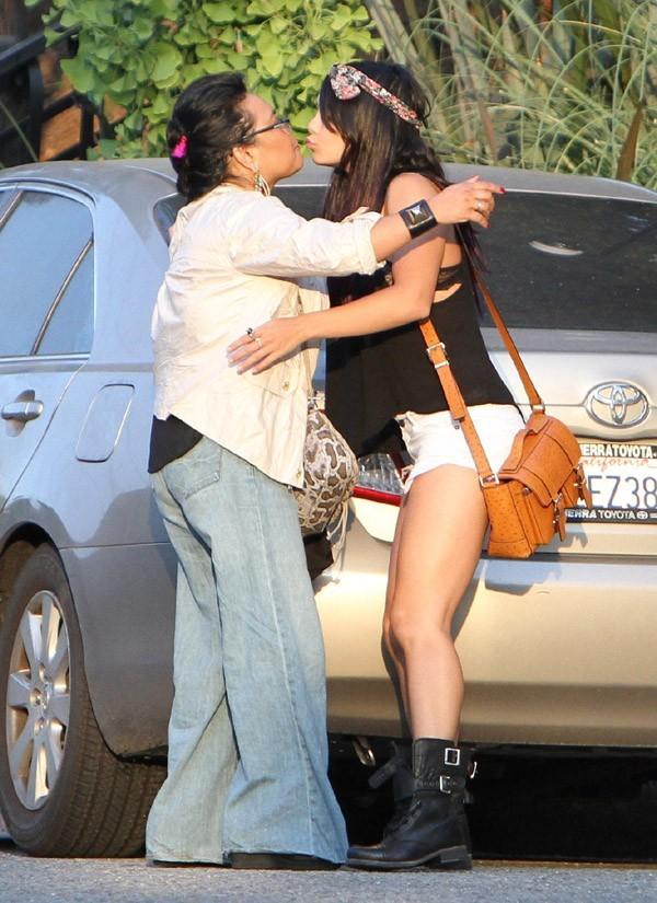 Vanessa Hudgens heureuse de voir une amie le 15 juin 2012 à Studio City