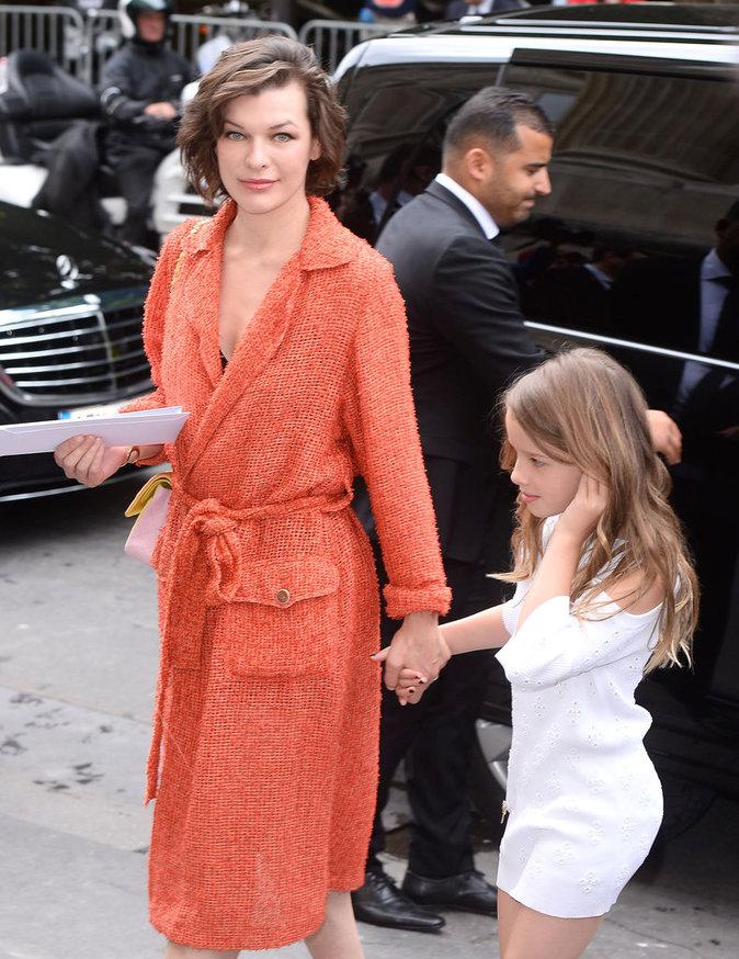Milla Jovovich et sa fille Ever à Paris le 5 juillet 2016