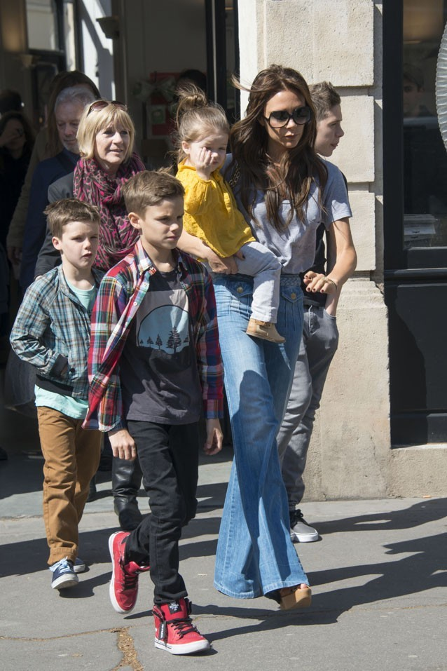 Victoria Beckham avec sa tribu à Paris le 20 avril 2013